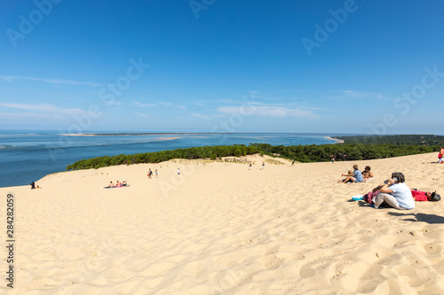 Photo People on the Dune of Pilat, the tallest sand dune in Europe