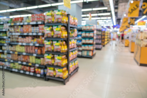 Photo Abstract blurred supermarket aisle with colorful shelves and unrecognizable cust