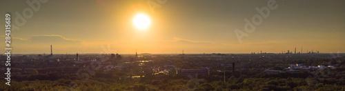 Photo Panorama der Duisburger Skyline bei tiefstehender Sonne aus der Luft