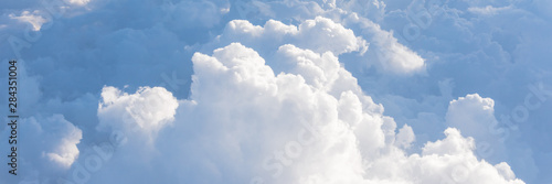 Photo Panoramic unreal and dramatic Altocumulus cloud formation at sunrise from airpla