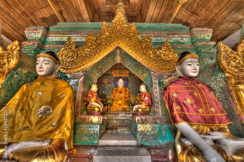Poster Commemoratif Myanmar, Yangon. Buddha statues in Shwedagon Temple. Credit as: Jim Zuckerman / Jaynes Gallery / DanitaDelimont.com