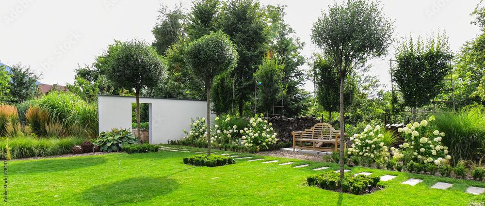 Fototapety, obrazy: Piękny ogród z drewnianą ławką