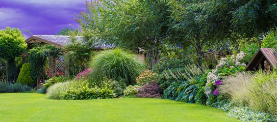 Zielony trawnik w pięknym ogrodzie