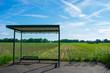 Einsame Bushaltestelle auf dem Land. Standort: Deutschland, Nordrhein-Westfalen, Hoxfeld