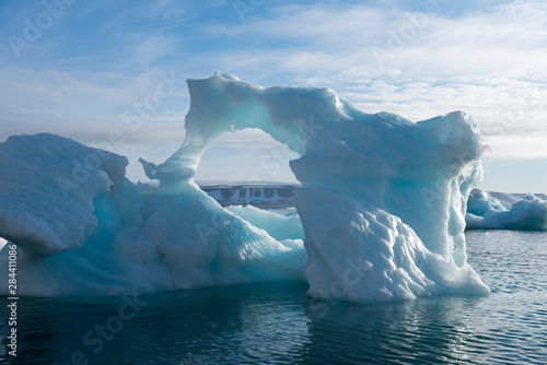 Foto auf Gartenposter Antarktika Norway, Barents Sea, Svalbard, Nordaustlandet, Palanderbukta (Palander Bay), Zeipelodden. Large iceberg in Palander Bay.