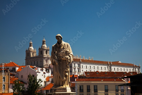 In de dag Historisch mon. Portugal, Lisbon, Graca Terrace, St Vincent Statue, Alfama district