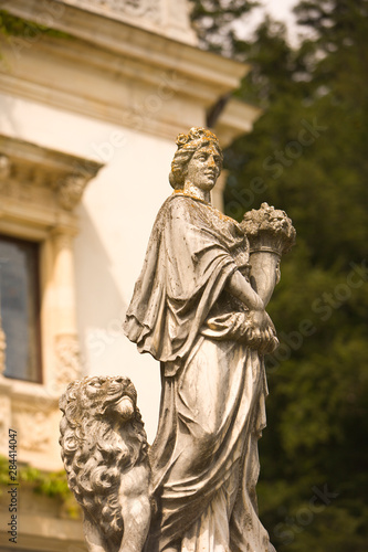 In de dag Historisch mon. Romania, Sinaia. Stone statues at 19th Century Peles Castle.