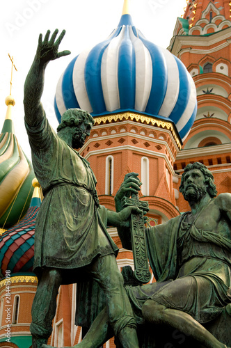 In de dag Historisch mon. Russia, Moscow, Red Square. St. Basil's Cathedral (aka Pokrovsky Sobor or Cathedral of the Intercession of the Virgin on the Moat). Bronze monument to Minin & Pozharsky.