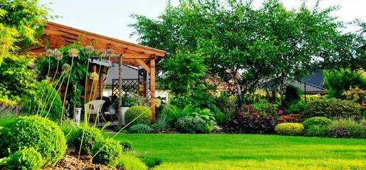 Piękny ogród z drewnianym domkiem dla relaksu
