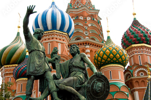 Foto op Plexiglas Historisch mon. Russia, Moscow, Red Square. St. Basil's Cathedral (aka Pokrovsky Sobor or Cathedral of the Intercession of the Virgin on the Moat). Bronze monument to Minin & Pozharsky.