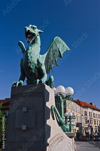 In de dag Historisch mon. Dragon statue of sheet copper on the Dragon Bridge, Ljubljana, Slovenia, Art Nouveau style, Jurij Zaninovic the architect.
