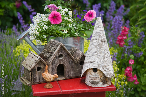 Close-up of bird houses and planter on garden table. Fototapet