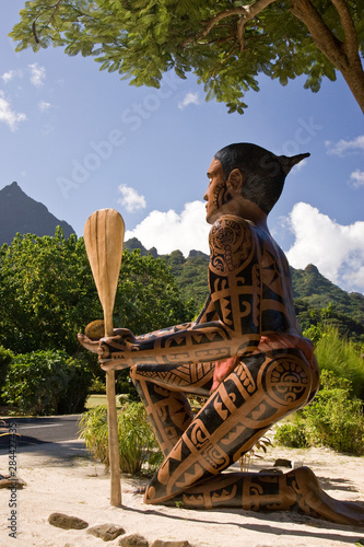 Poster Historisch geb. French Polynesia, Moorea. Side view of statue of Taaroa warrior at Painapo Beach.