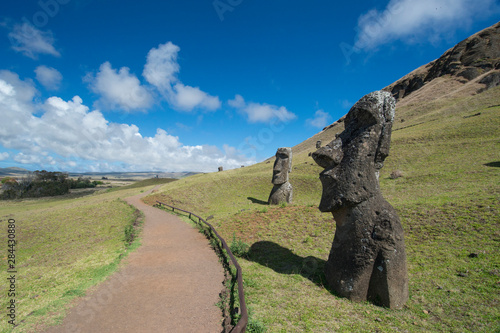 In de dag Historisch mon. Chile, Easter Island aka Rapa Nui. Rapa Nui National Park, historic site of Rano Raraku 'the quarry'. Volcanic hillside where moai were carved. Stone moai heads with park walkways.