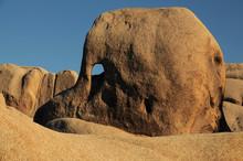 Skull Rock, Arch Rock Trail, Joshua Tree National Park, California, USA.