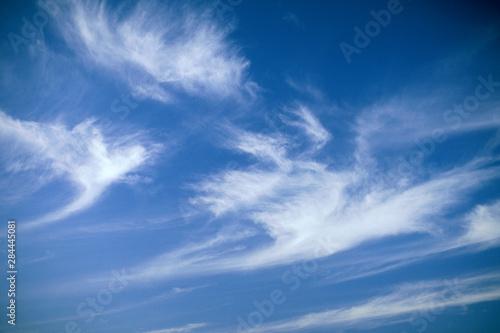 Leinwand Poster  USA, Hawaii. Blue sky and whispy clouds