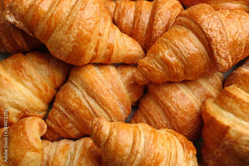 Foto Fresh tasty croissants as background, closeup. French pastry