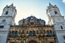 Plaza Catedral (Plaza Mayor) Ubicada En Casco Viejo Panamá. Sitio Patrimonio De La Humanidad UNESCO. Acercamiento De La Parte Superior Frontal De La Iglesia En La Antigua De Panamá