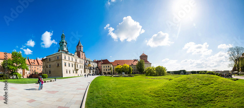 Poster Oude gebouw Wawel castle yard with lawn, panoramic view