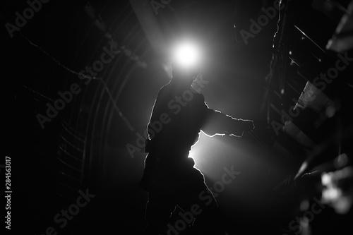 Sylwetka pracującego górnika w kopalni