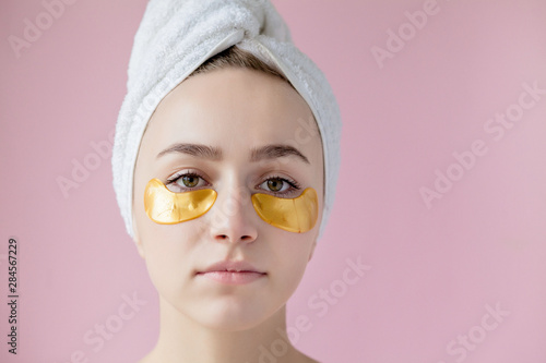 Portrait of Beauty Woman with Eye Patches on pink background Tablou Canvas