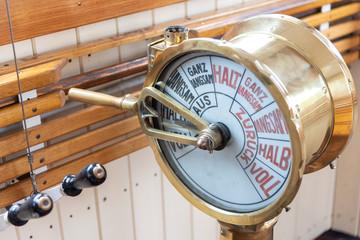 Maschinentelegraf auf der Brücke eines Dampfschiffs