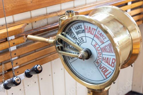 Türaufkleber Schiff Maschinentelegraf auf der Brücke eines Dampfschiffs