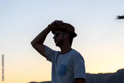 Modelo paseando delante de la playa con sombrero y gafas Canvas Print
