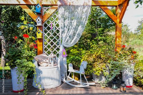 Altanka z tarasem w ekologicznym ogrodzie - 284583660