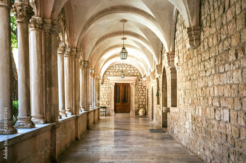 Fotografia Courtyard with columns and arches in old Dominican monastery in Dubrovnik, Croat