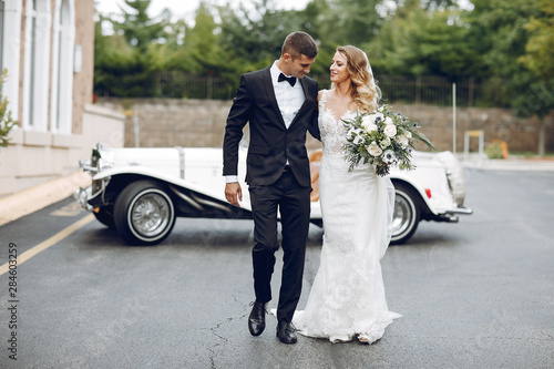 Foto Beautiful bride in a long white dress