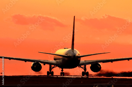 美しい夕焼けを背景に輝く飛行機 Sparkling airplane against a background of beautiful sunset #284606088