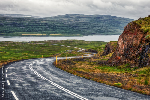 Papiers peints Cote Beautiful highland road trough Iceland with mountains on background, summer