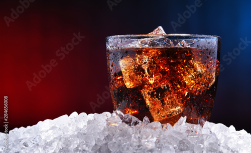 Glass of carbonated soft drink with ice Fototapete