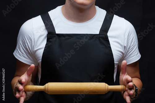 Fotografía Guy dressed in apron with rolling pin.