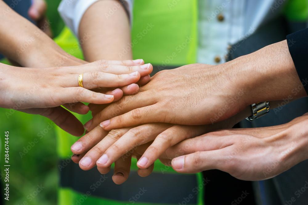 Fototapeta Engineer and business teamwork join hands