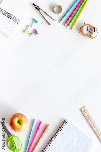 Fotomural Student accessories frame on pupil's desk white background top view mockup