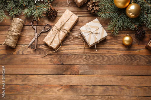 Fotografía  Gift boxes with Christmas decor on wooden background