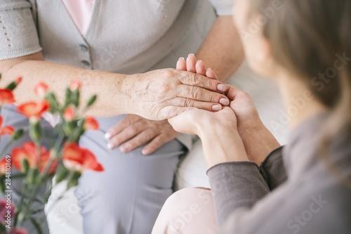 Fotografía  Caretaker giving her hand