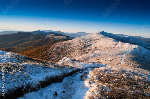 Obraz Bieszczady jesień pierwszy śnieg - fototapety do salonu
