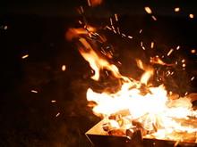 荒れ狂う焚き火