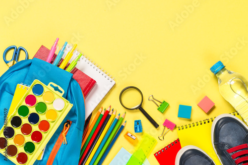 La pose en embrasure Fleur School backpack with stationery on yellow background.