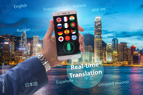 Fotografía  Concept of real time translation with smartphone app