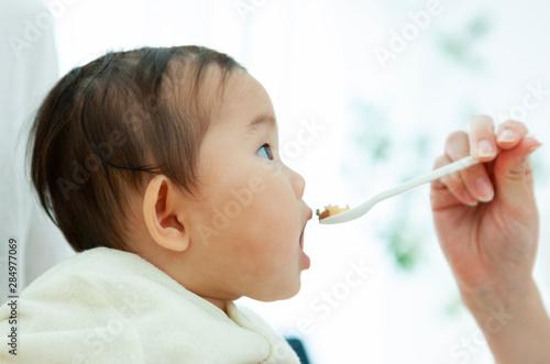 Photo 食事をする赤ちゃん