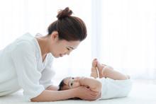 寝転ぶ母親と赤ちゃん