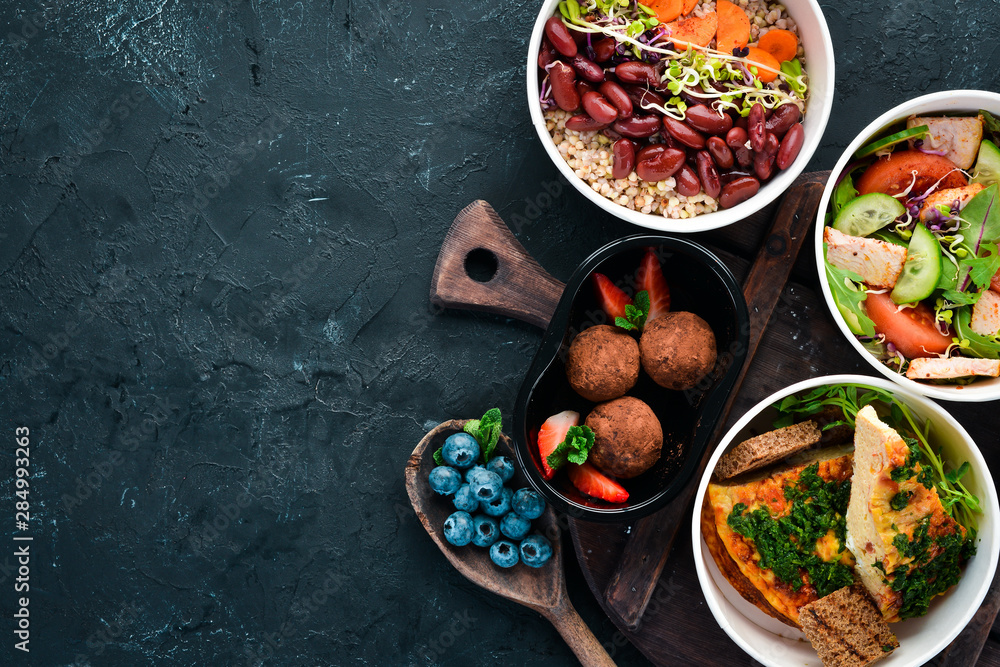 Fotografía Collection of take away foil boxes with healthy food