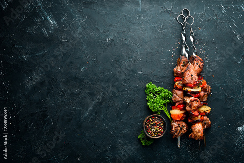 Fotomural  Shish kebab BBQ meat with onions and tomatoes