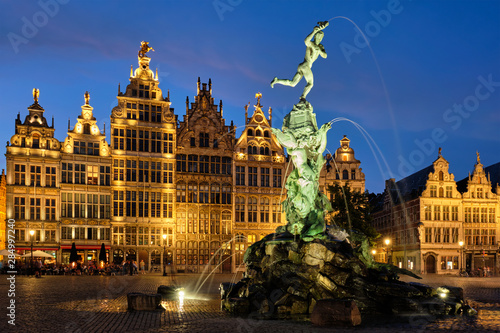 Deurstickers Antwerpen Antwerp Grote Markt with famous Brabo statue and fountain at night, Belgium