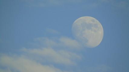 La Luna llena en un cielo claro con nubes