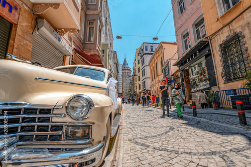 Keuken foto achterwand Havana 05/26/2019 Istambul, the view on the passage of Galata Tower and the retro car Cadillac 1947, the most touristy and famous landmark in the European side of Istanbul